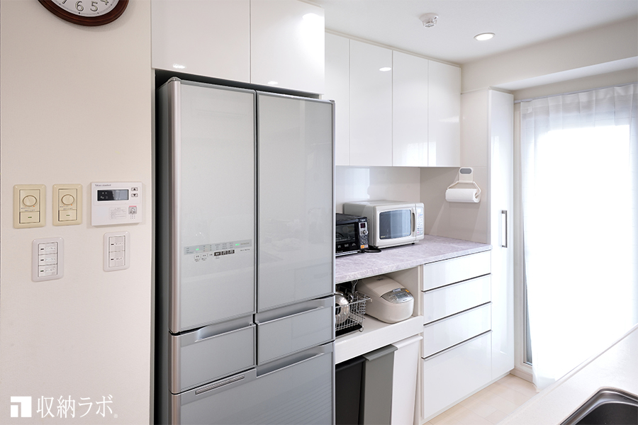デッドスペースをパントリーで有効活用したキッチン収納。