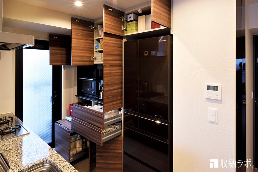 デザインと機能にもこだわったオーダーメイドの食器棚。
