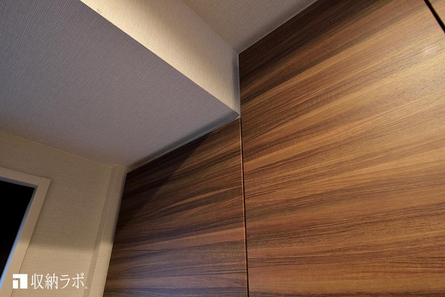 キッチンの梁に合わせ形状に設計されたオーダーメイドの食器棚。
