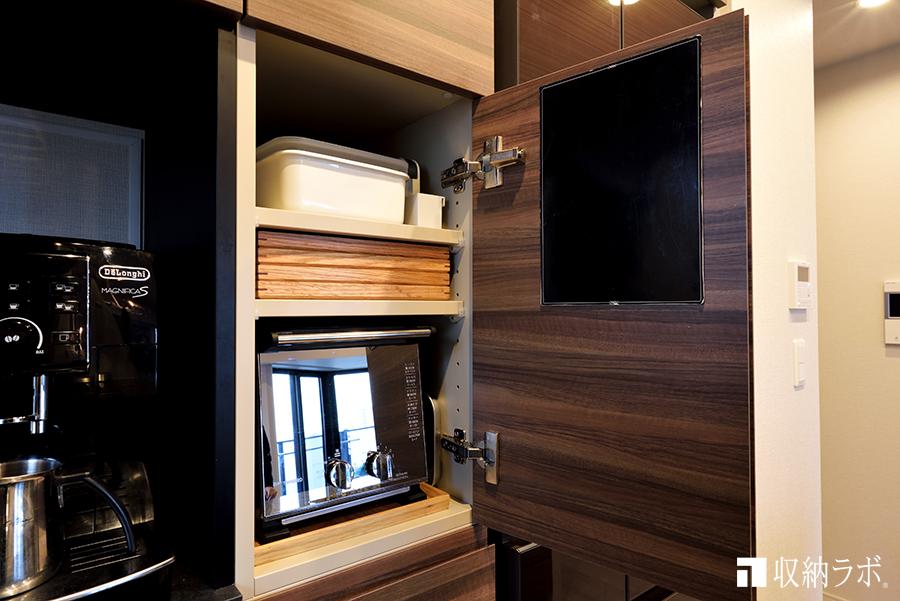 食器棚の扉の中には、トースターやトレーをスッキリ収納。