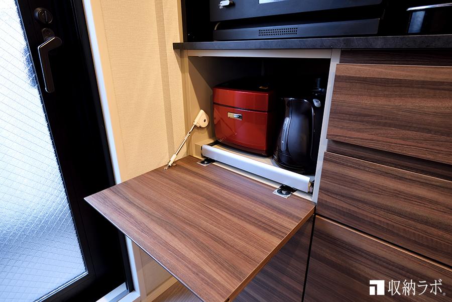 使用頻度が少ない調理家電が、必要な時だけ引き出して使える収納に。