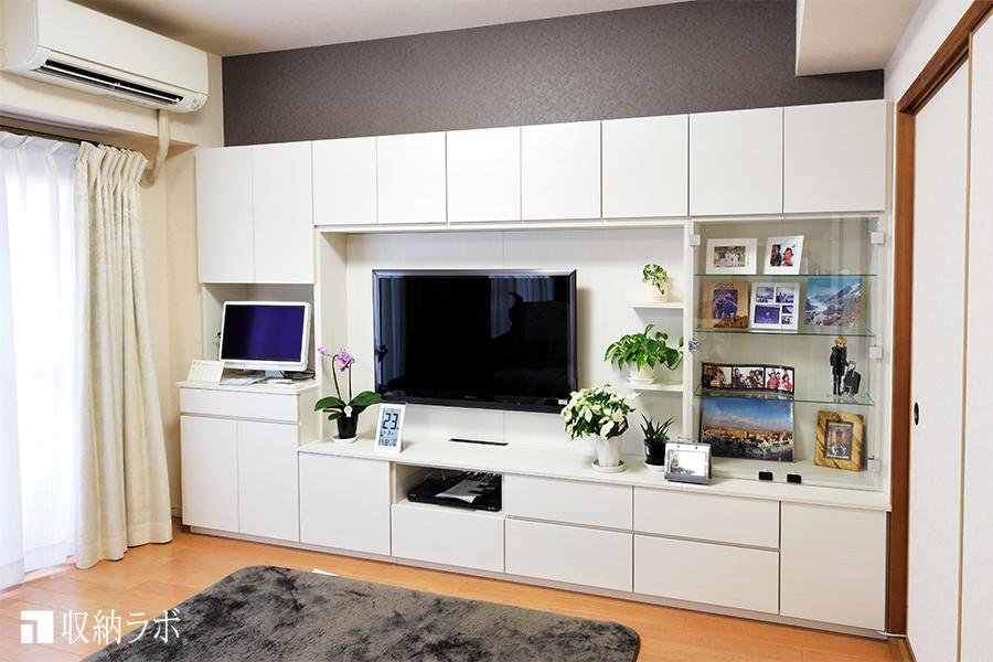 使いやすい高さと収納を実現した、オーダーメイドの壁面収納で快適なリビングに。