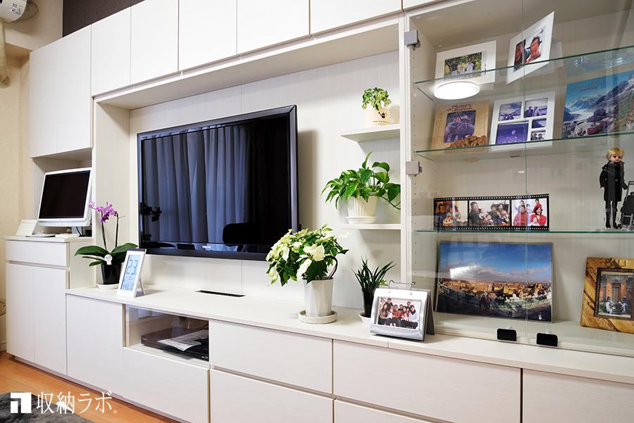 オーダーメイドの壁面収納に組み込んだ、インテリアを楽しむための飾り棚。