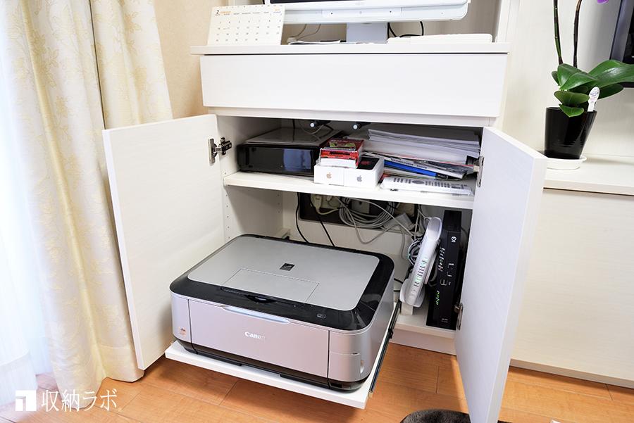 パソコンデスクの足元には、プリンターを収納。