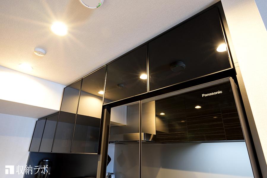 吊り戸棚の扉にはスモークガラスを採用