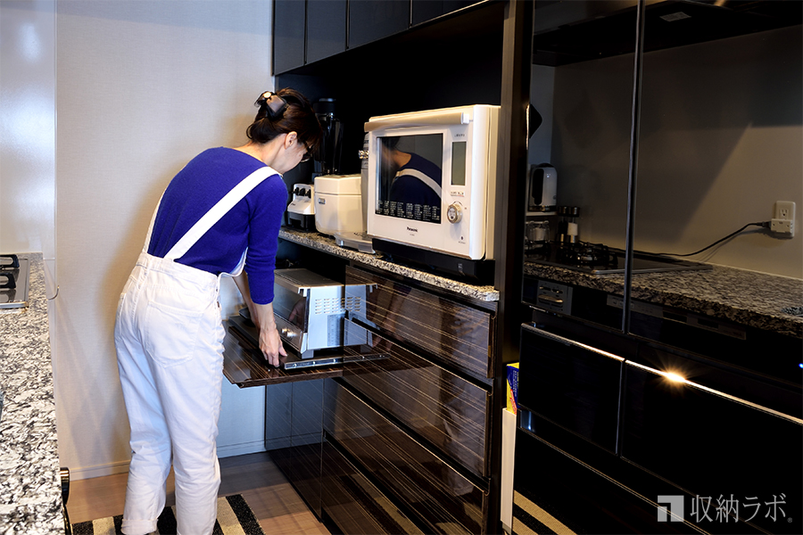 調理家電をスライド棚を使って収納