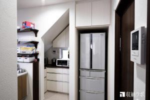 オーダーメイドの食器棚で、デットスペースだった階段下を有効活用。