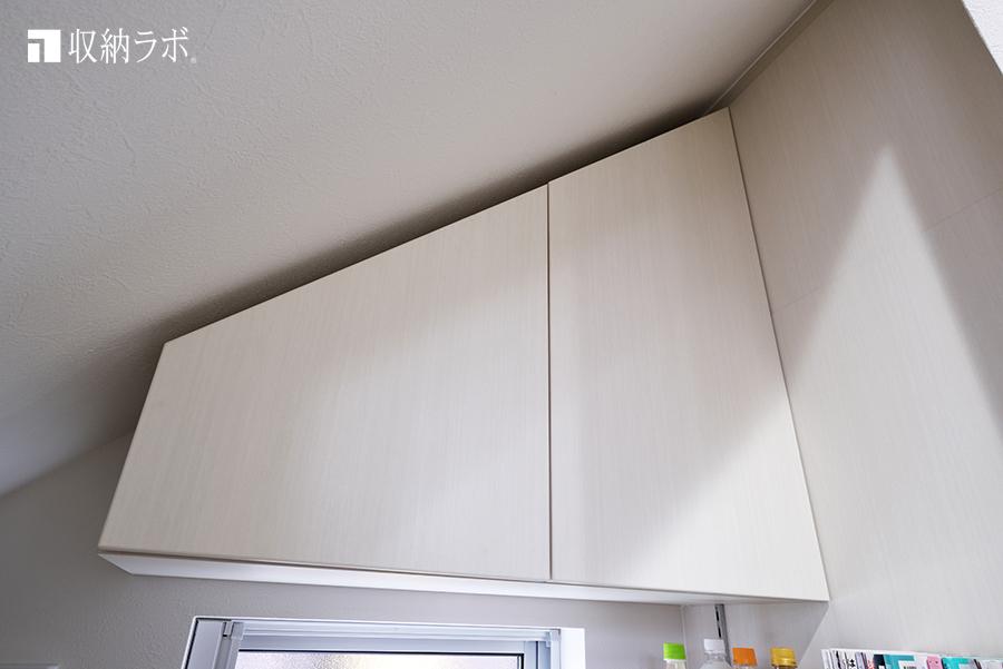 階段下の斜めの形状に、合わせて作った吊り戸棚。