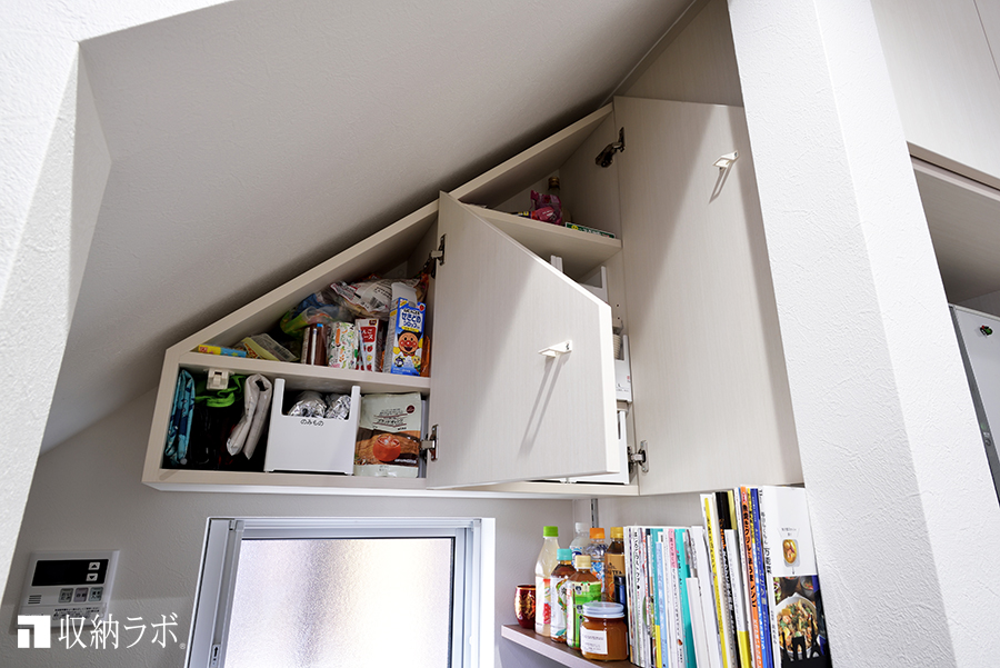 デットスペースを有効活用した、吊り戸棚。