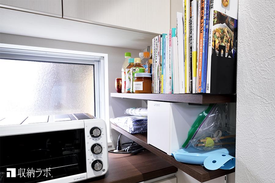 小さな棚板を作ることで、書籍やキッチン周りの小物を収納。