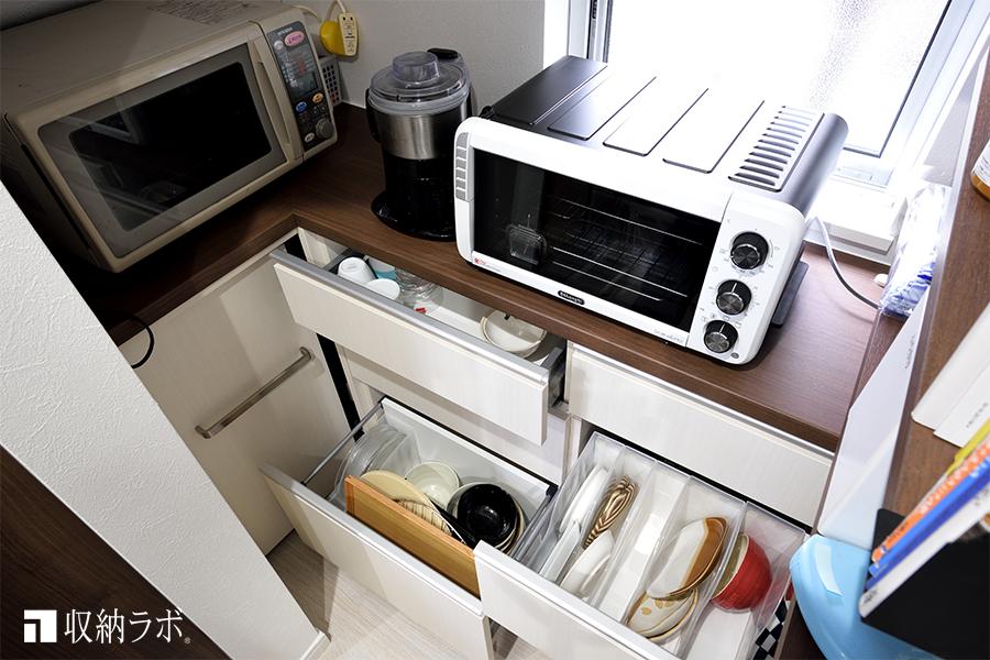 L字の食器棚は、デットスペースの十分な収納を確保しました。
