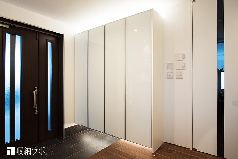 新居のインテリアは、ガラス素材で統一、理想を叶えたオーダーメイドの玄関収納。