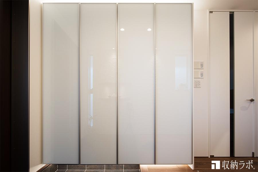部屋のインテリアは、ガラスで統一するために、オーダーメイドの玄関収納もガラス素材でコーディネイト。