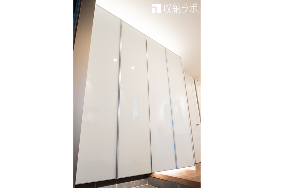 ガラス素材の光沢が美しい、オーダーメイドの玄関収納。