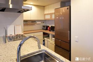 間取りに合わせたL字の食器棚で機能的なキッチンに。