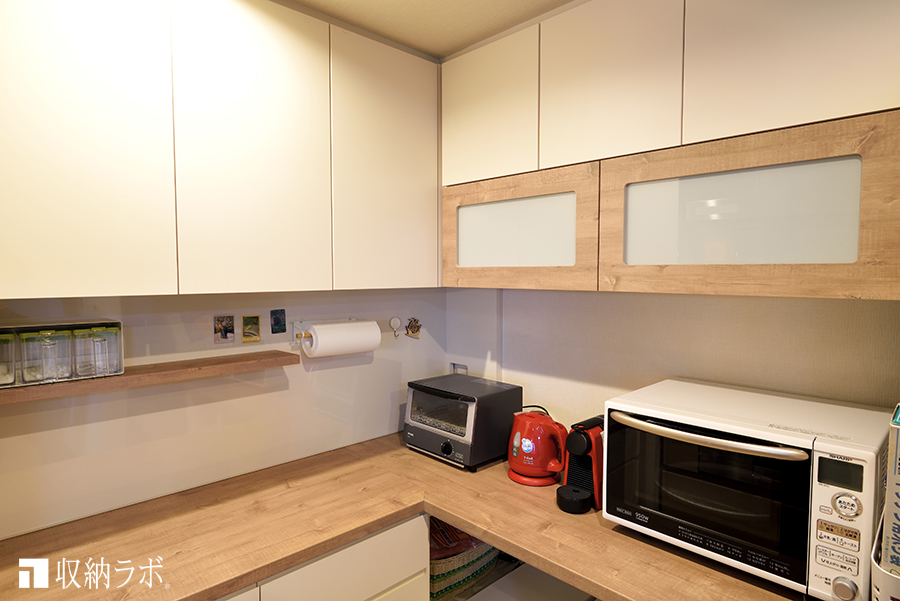 L字のカウンター天板が使いやすい食器棚。