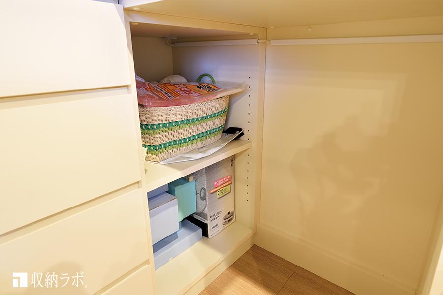 オーダーメイドの食器棚の下段に作った収納スペース