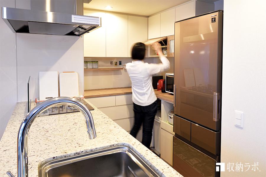 オーダーメイドの食器棚で快適なキッチンを実現