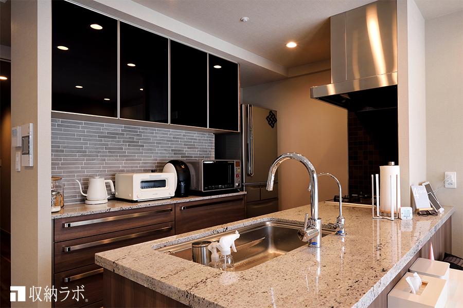 既存のキッチンとの統一感と、異なる素材の組み合わせにこだわったキッチン収納。