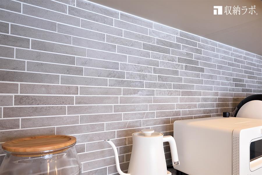 オーダーメイドの食器棚の背面にはタイルを採用。