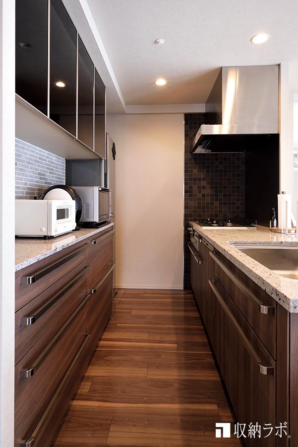 既存のキッチンと統一感を出したオーダーメイドの食器棚。