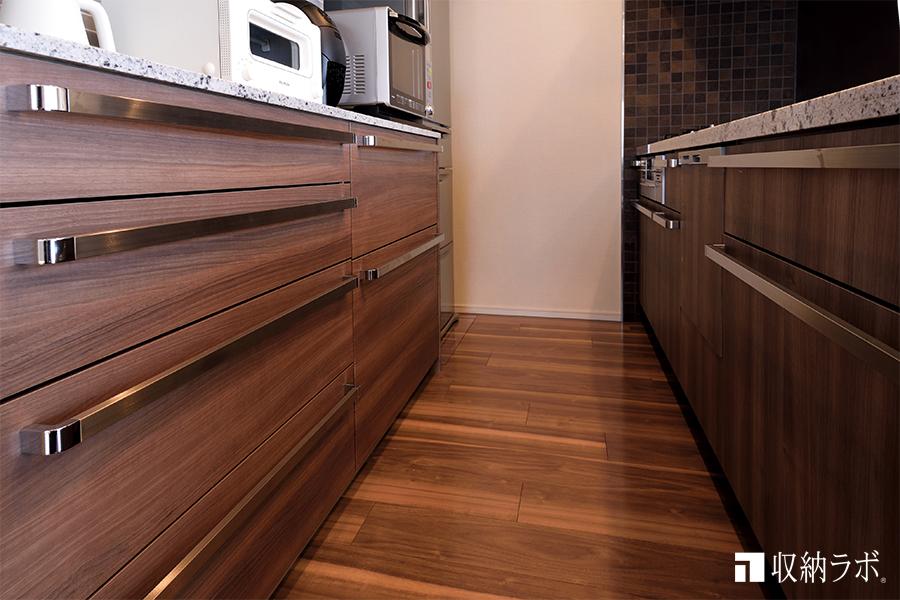 既存のキッチンのデザインに合わせた、オーダーメイドの食器棚。