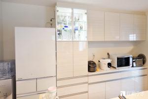 既存のキッチンと一体になったオーダーメイドの食器棚。