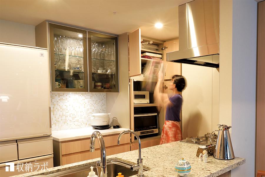 思い出の食器を大切に収納する、機能的な食器棚。