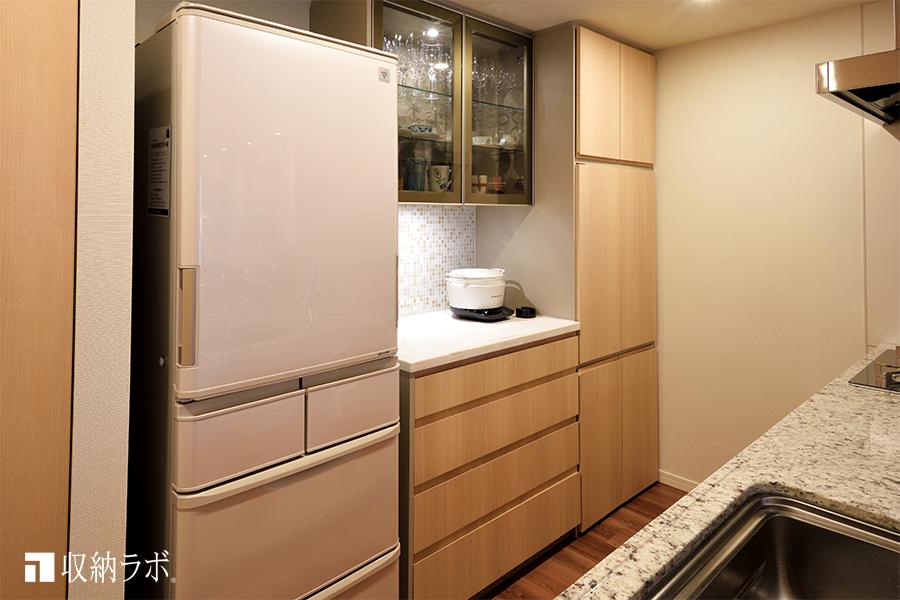 見せる収納と隠す収納を叶えたオーダーメイドの食器棚