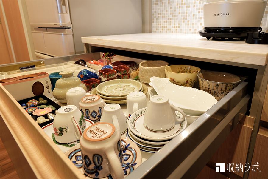 オーダーメイドのキッチン収納、引き出しに食器を収納