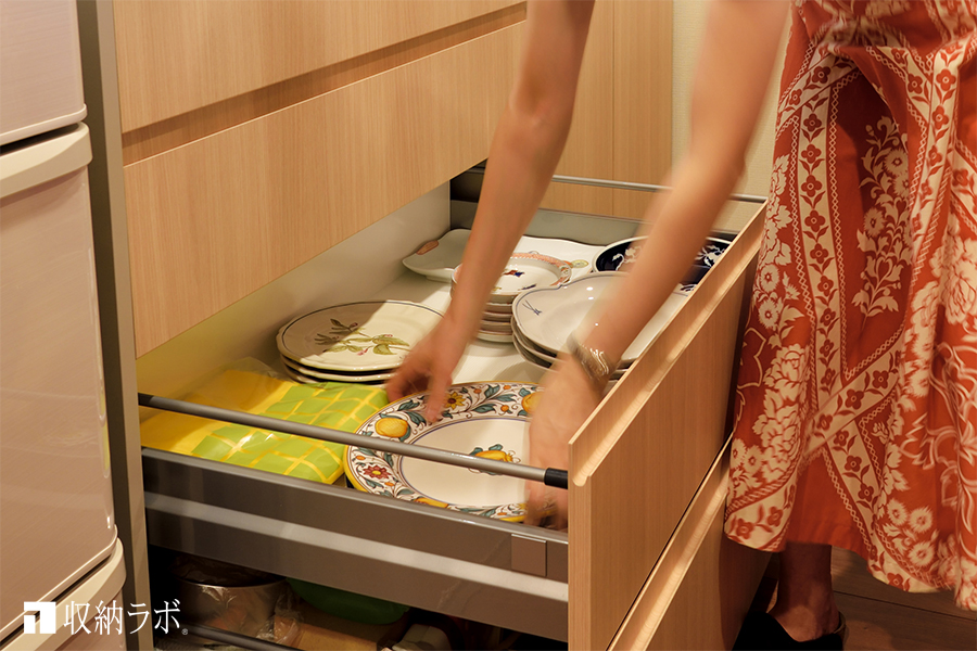 下段の引き出しには大きな食器を収納。