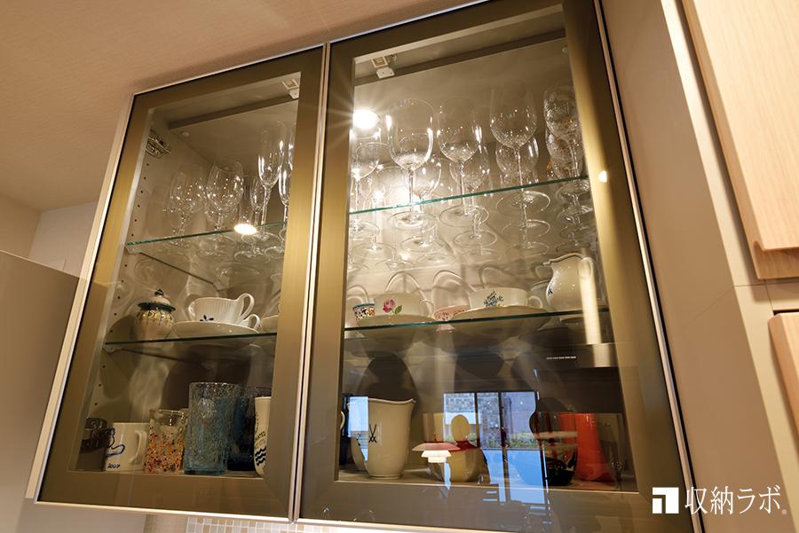 オーダーメイドのキッチン収納、吊り戸棚、ガラス扉、照明