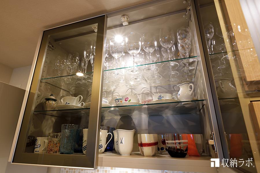 吊り戸棚はガラス扉と照明で、大切なグラスやカップを美しく収納2
