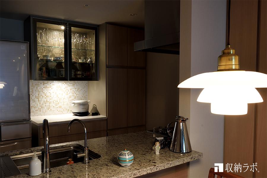 照明が効果的なオーダーメイドの食器棚