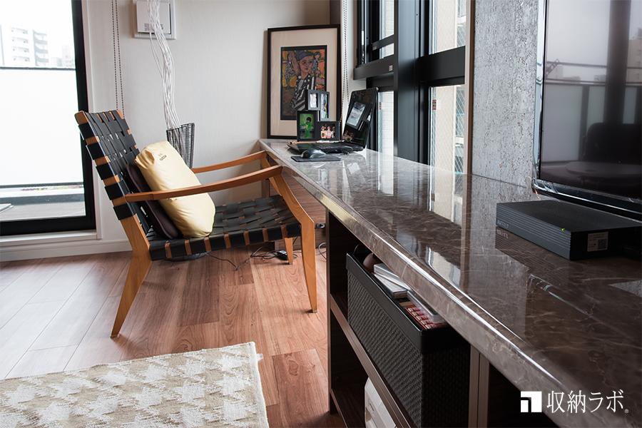 リビング収納の天板の高さは、椅子の高さに合わせて設計。