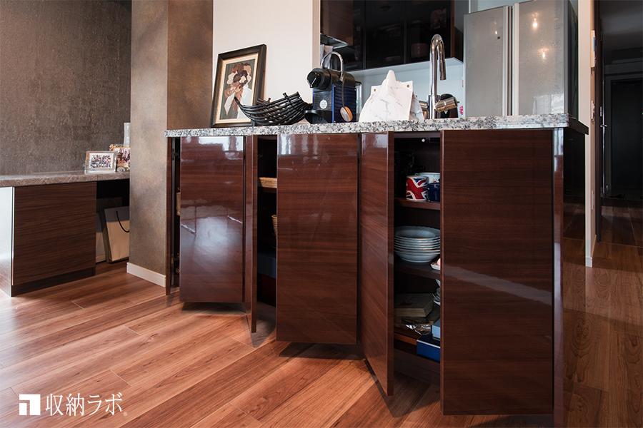キッチン周りの収納には余裕が生まれて便利なカウンター下収納。