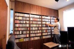 書斎に作った大量のCDとDVDを安全に収納できるオーダーメイドの壁面収納。