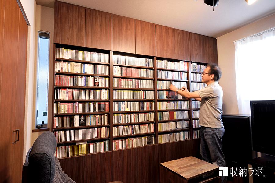 書斎に作った大量のCDとDVDを安全に収納できる壁面収納。