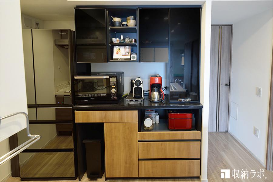 スタイリッシュなデザインのオーダーメイドの食器棚