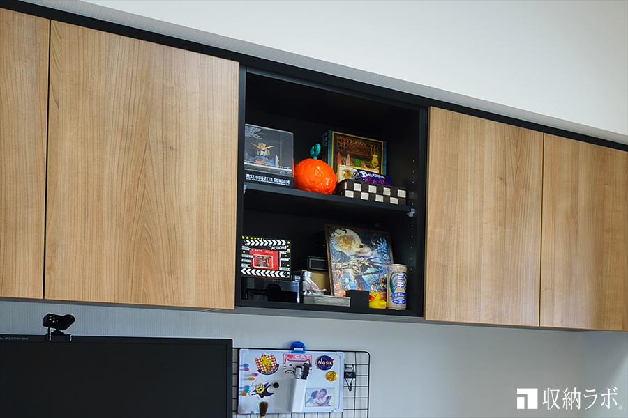 吊り戸棚のオープンスペースには、趣味のコレクションをディスプレイ。