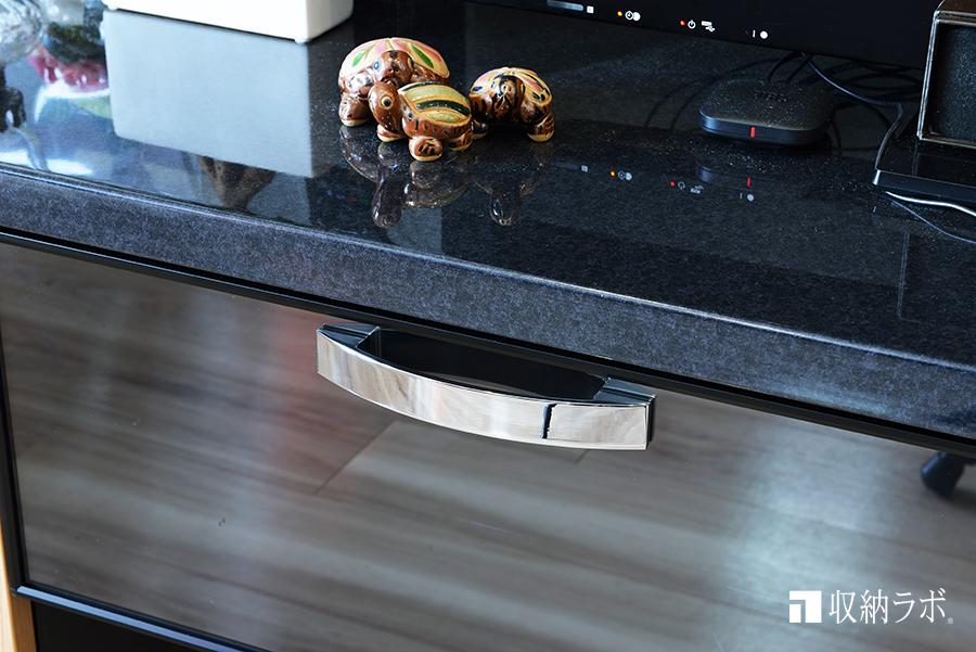 キッチンに作ったオーダーメイドの食器棚と同じデザインの取手を採用。
