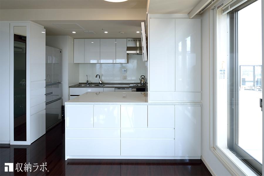 ダイニング側からも使えるキッチン収納1