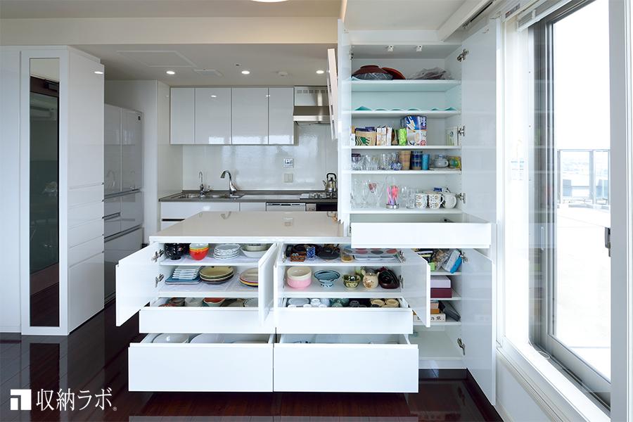 ダイニング側からも使えるキッチン収納2