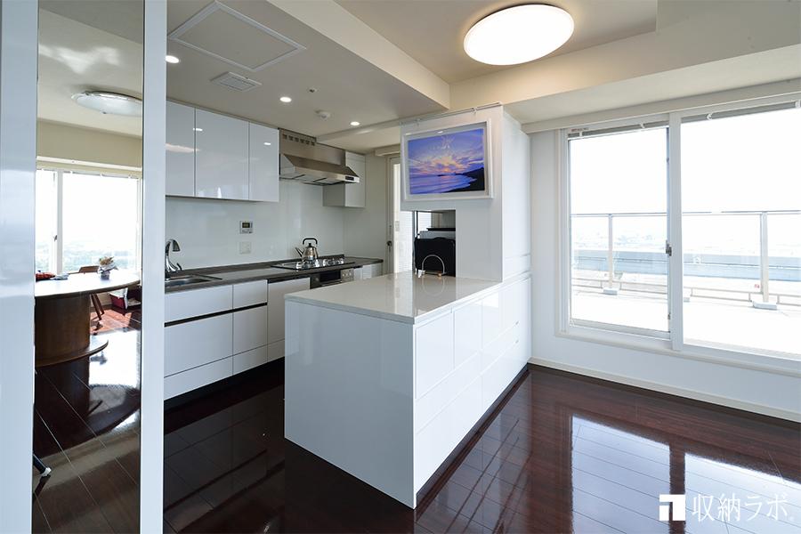 キッチンとダイニングの両側から使えるキッチン収納