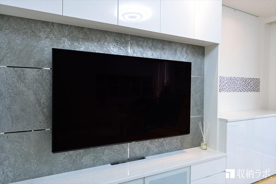 壁面収納に壁掛け固定されたテレビ
