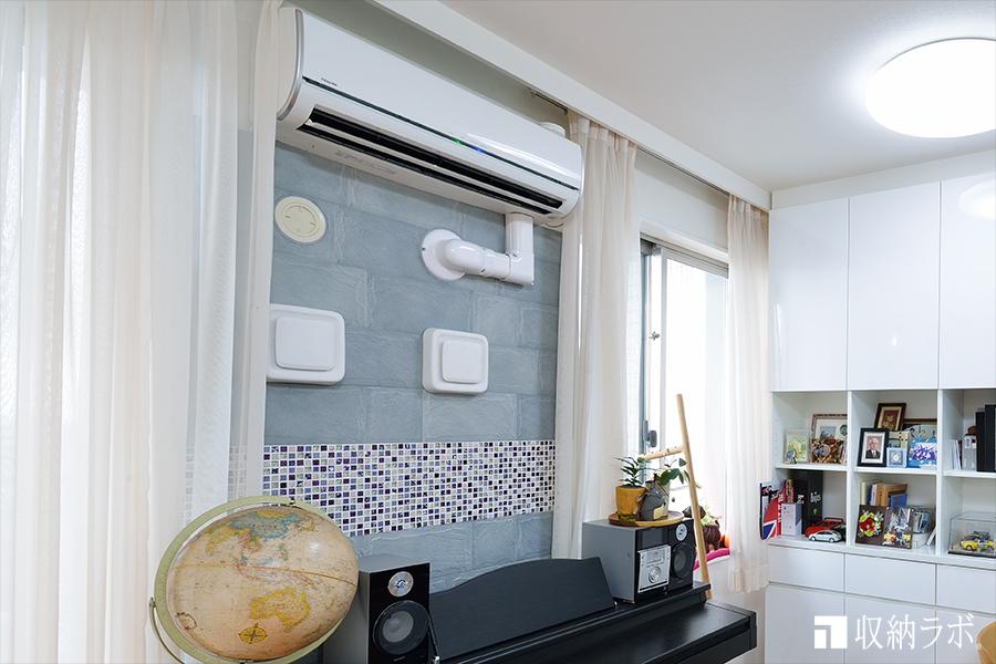 エアコン下の壁面もエコカラットとモザイクタイルでデザイン