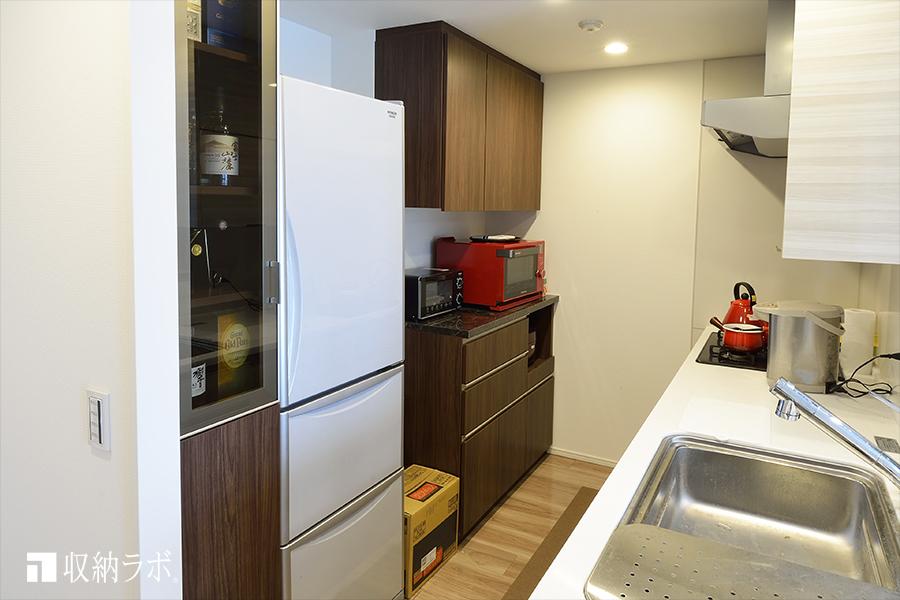 既存のキッチンに作ったオーダーメイドの食器棚