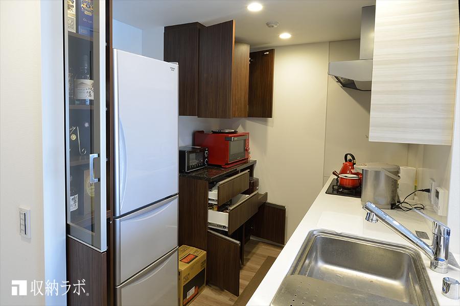 オーダーメイドの食器棚はキッチンの収納量を確保。