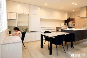 食器棚と一体になった家族で使える、デスク付き壁面収納。