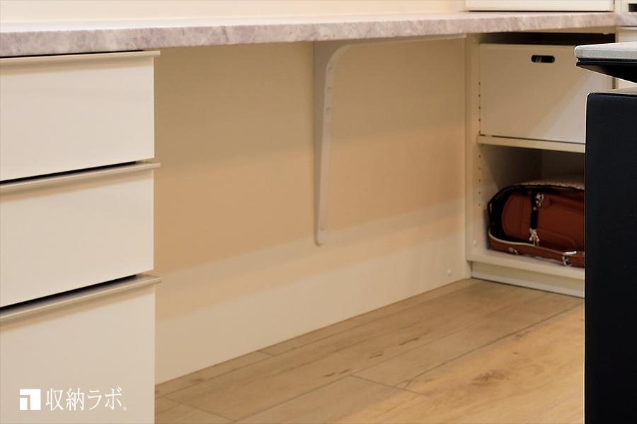 足元の背面は、壁面を保護するために背面パネルを設置。